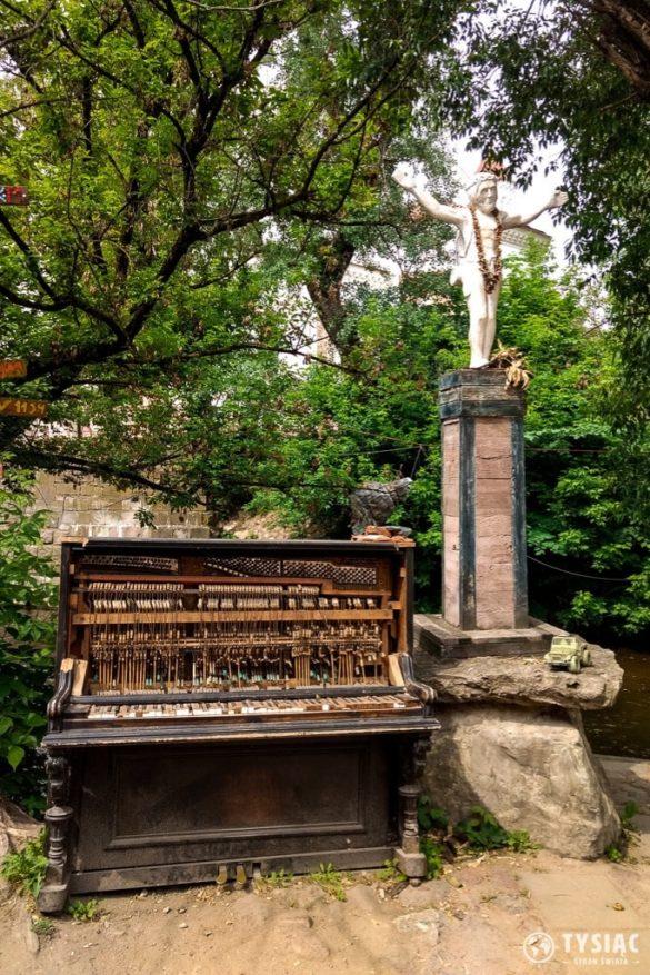 Pomnik Jezusa i pianino