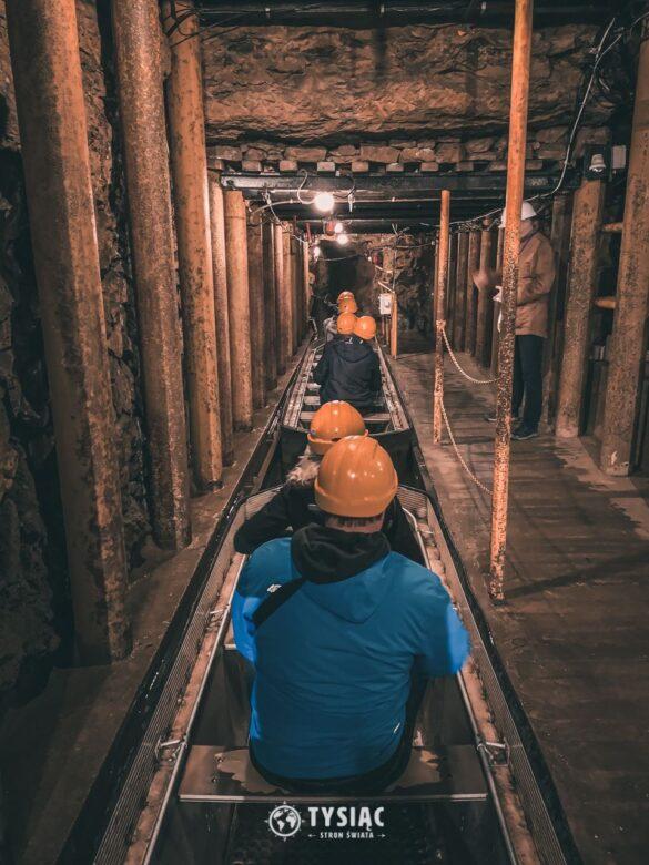 Przepływ łodziami w kopalni srebra